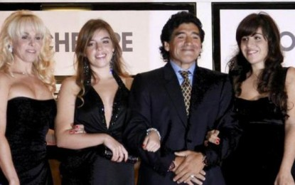 Diego Armando Maradona acusa de robo a sus hijas